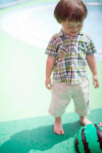 スイカのボールで遊ぶ男の子の写真素材 [FYI04076767]