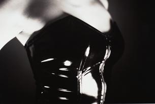 ボンデージファッションの女性の胸の写真素材 [FYI04076813]