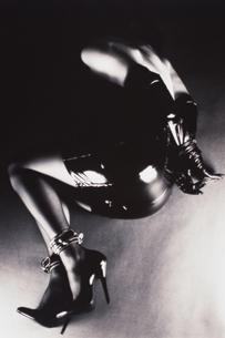 ボンデージファッションの女性の写真素材 [FYI04076814]