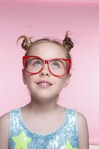 赤いメガネとブロンド少女の写真素材 [FYI04076817]