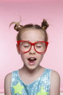 赤いメガネとブロンド少女の写真素材 [FYI04076818]