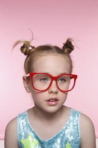 赤いメガネとブロンド少女の写真素材 [FYI04076819]