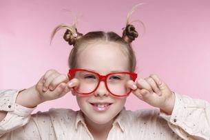 赤いメガネとブロンド少女の写真素材 [FYI04076820]