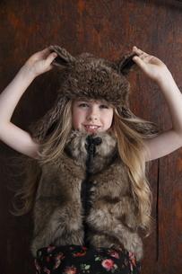 帽子をかぶったブロンド少女の写真素材 [FYI04076822]
