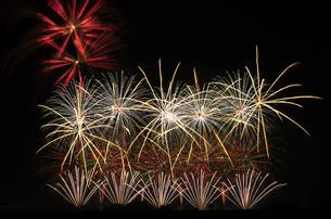 こうのす花火大会の音と光の合同スターマイン2「願いをこめて」の写真素材 [FYI04077016]