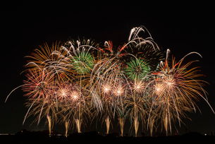 こうのす花火大会の音と光の合同スターマイン2「願いをこめて」の写真素材 [FYI04077020]