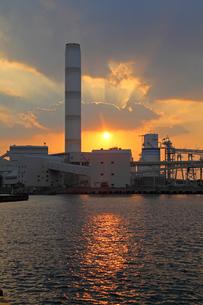 三隅港より中国電力三隅発電所の夕日の写真素材 [FYI04077037]