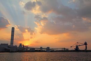 三隅港より中国電力三隅発電所の夕日の写真素材 [FYI04077041]