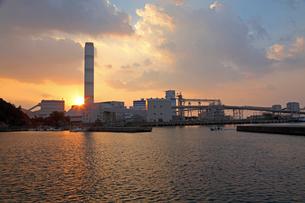 三隅港より中国電力三隅発電所の夕日の写真素材 [FYI04077043]