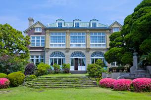 鳩山会館の庭園に咲くサツキの写真素材 [FYI04077089]