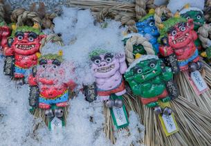 壺坂寺の雪に埋もれた魔除面の写真素材 [FYI04077101]
