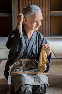 古民家園の裁縫する老婆人形の写真素材 [FYI04077108]
