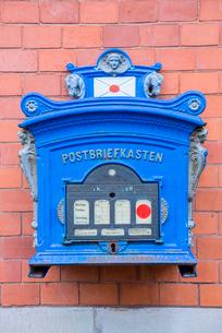 青色の郵便ポストの写真素材 [FYI04077127]