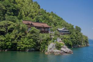 竹生島の龍神拝所かわら投げの写真素材 [FYI04077144]