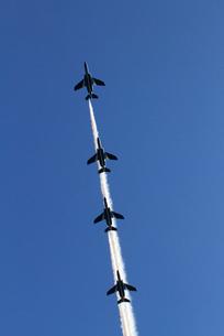 航空自衛隊ブルーインパルスの曲技飛行の写真素材 [FYI04077272]