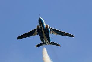 航空自衛隊ブルーインパルスの曲技飛行の写真素材 [FYI04077273]