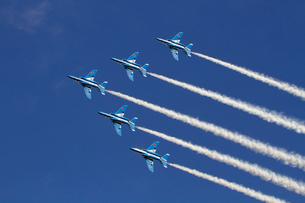 航空自衛隊ブルーインパルスの曲技飛行の写真素材 [FYI04077274]