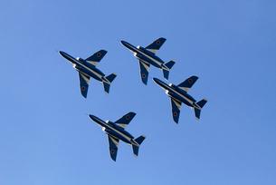 航空自衛隊ブルーインパルスの曲技飛行の写真素材 [FYI04077276]