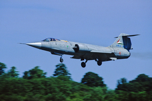 イタリア空軍ロッキードF104戦闘機の着陸の写真素材 [FYI04077280]