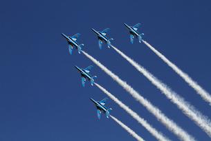 航空自衛隊ブルーインパルスの曲技飛行の写真素材 [FYI04077283]