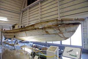 展示される九州南西海域不審船と回収物の写真素材 [FYI04077372]
