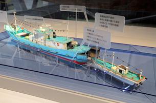 展示される九州南西海域不審船模型の写真素材 [FYI04077375]