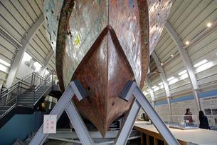 展示される九州南西海域不審船の写真素材 [FYI04077382]