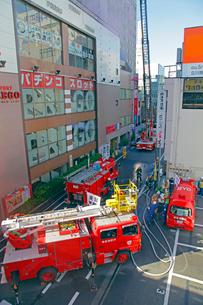 防災訓練の消防車の写真素材 [FYI04077389]