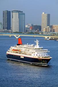 東京湾を航行するにっぽん丸の写真素材 [FYI04077402]
