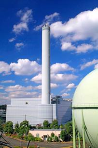 多摩清掃工場とガスタンクの写真素材 [FYI04077435]