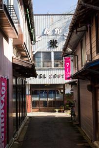 喜多方市の古い路地裏の写真素材 [FYI04077507]