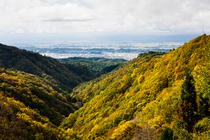 紅葉の山並みと横手盆地の写真素材 [FYI04077514]