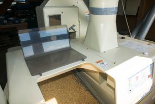 籾摺り 籾摺り機作業の写真素材 [FYI04077531]