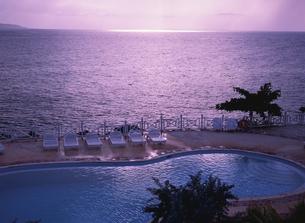 海の見えるプール夕景 モンテゴベイ ジャマイカの写真素材 [FYI04077593]
