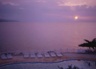 夕日と海とプール  モンタゴベイ ジャマイカの写真素材 [FYI04077595]