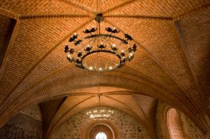 トゥラカイ城のアーチ式天井とシャンデリアの写真素材 [FYI04077635]