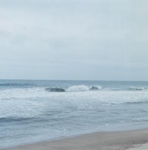打ち寄せる波の写真素材 [FYI04077753]