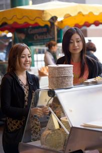 ロンドンのマーケットで買い物をする日本人女性の写真素材 [FYI04077757]