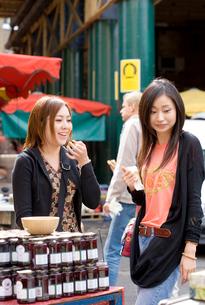 ロンドンのマーケットで買い物をする日本人女性の写真素材 [FYI04077762]