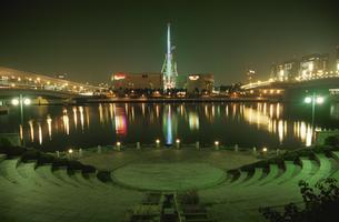 パレットタウン観覧車とビル群の夜景の写真素材 [FYI04077792]