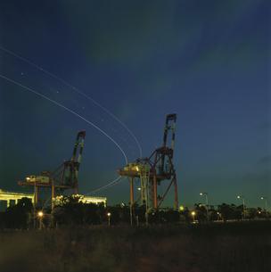 コンテナリフトとコンテナターミナルの夜景の写真素材 [FYI04077795]