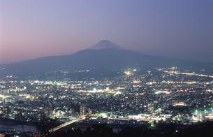 沼津市街と富士山を望む夜景の写真素材 [FYI04077823]