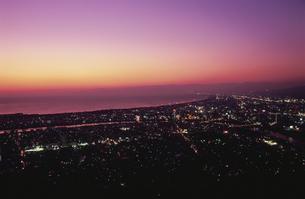 沼津市街と駿河湾を望む夕景の写真素材 [FYI04077829]