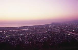 沼津市街と駿河湾を望む夕景の写真素材 [FYI04077834]