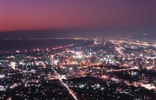 沼津市街と駿河湾を望む夕景の写真素材 [FYI04077842]