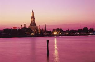 夕焼けのチャオプラヤー川とワット・アルンの写真素材 [FYI04077878]