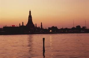 夕焼けのチャオプラヤー川とワット・アルンの写真素材 [FYI04077880]