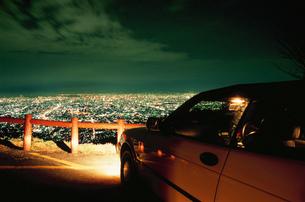 大阪市街の夜景と車の写真素材 [FYI04077884]