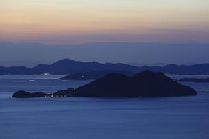 屋島から望む男木島と瀬戸内海の夕景の写真素材 [FYI04077885]