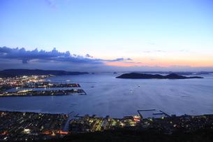 屋島から望む高松市街と瀬戸内海の夜景の写真素材 [FYI04077889]